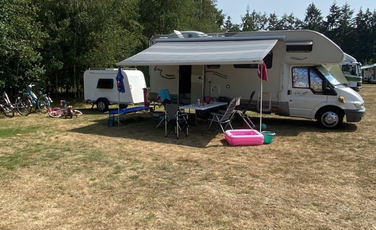 Ampio camper alcova con 7 posti letto