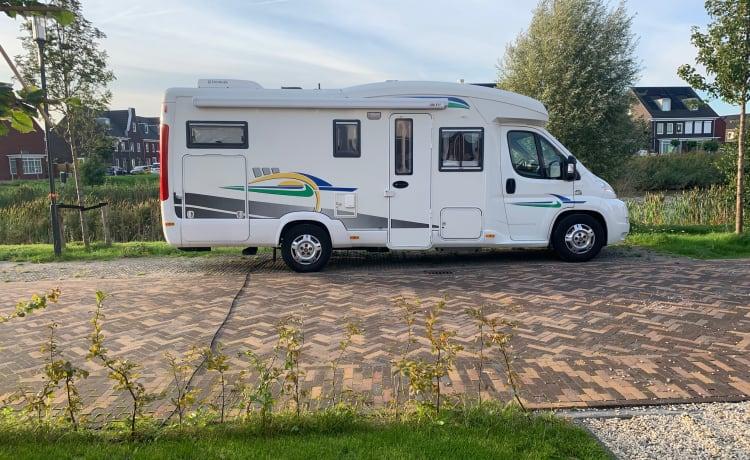 4p camper in nieuwstaat met Airco, Kachel, grote garage, parkeersensoren achter, fietsendrager, trekhaak – Very neat camper with large garage and bicycle carrier (3-4 persons).