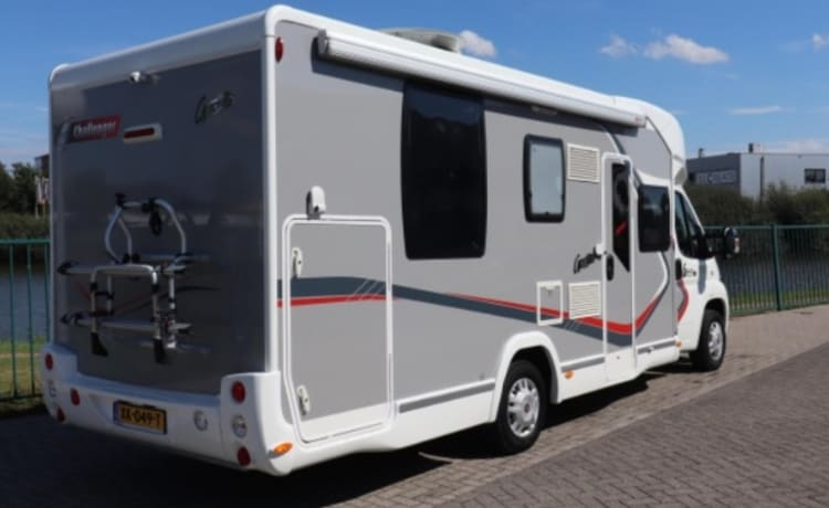 luxury motorhome for rent Challenger aggregate queen bed dish