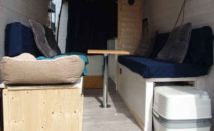Gloria the Adventure wagon – Off-grid VW Crafter-campervan met hoog dak