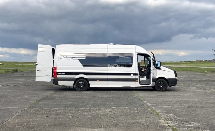 Wild One – 2020 Professioneel omgebouwde VW Crafter - 3 Berth - Race Van - Sports Van