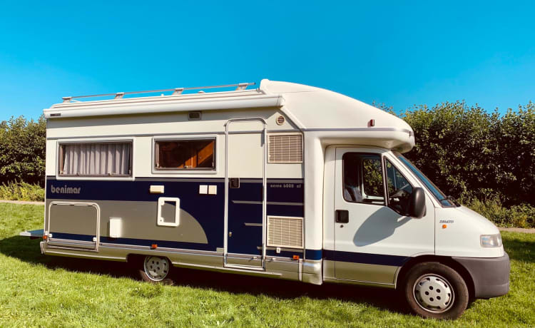 Onze trots – Spacious semi-integrated camper with 4 sleeping places
