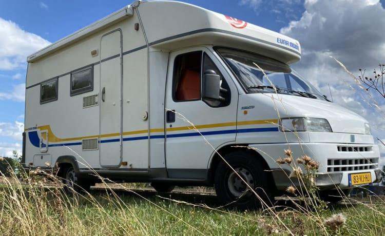 Mooie half-integraal camper met 4 slaapplaatsen