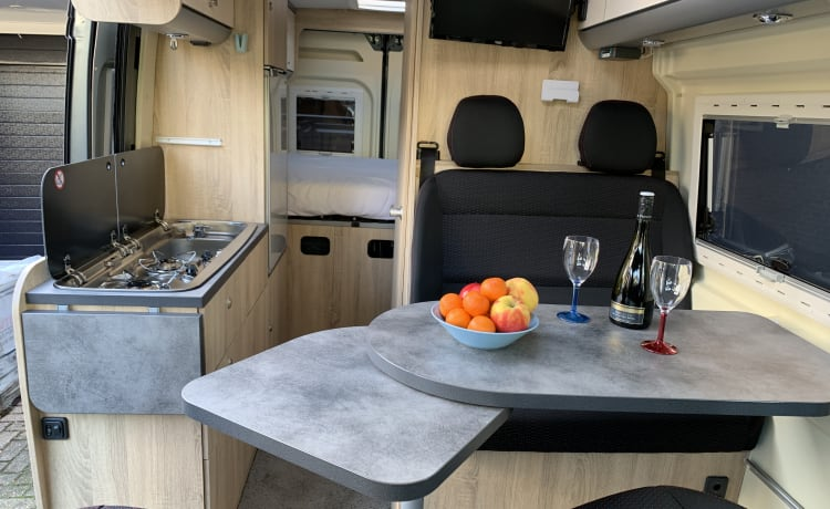 Beautiful self-sufficient camper van sleeps 2 - 4 seats