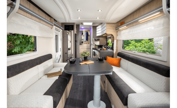 Nieuwe (2021) mobilhome – spacious sitting area and separate, lockable shower and toilet