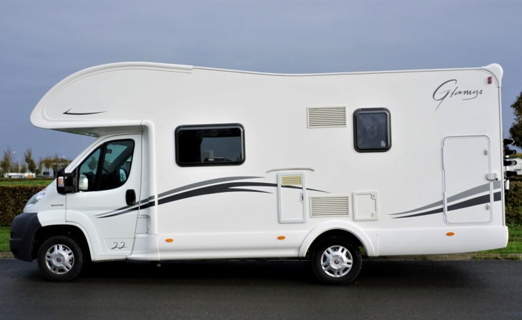 Beautiful and spacious family camper in new condition with 6/7 sleeping places