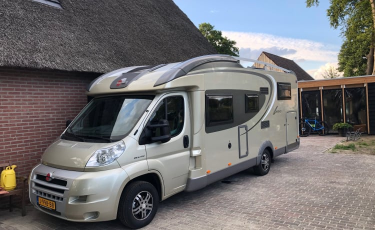 Enjoy the freedom in this fine & fully equipped family camper