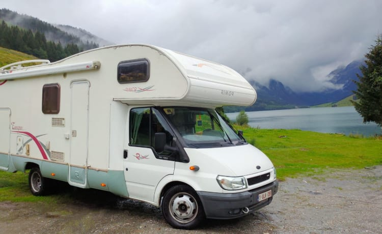 Spacious motorhome with garage and 6 sleeping places!