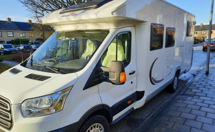 luxurious and large Roller Team with single beds and pull-down bed for rent