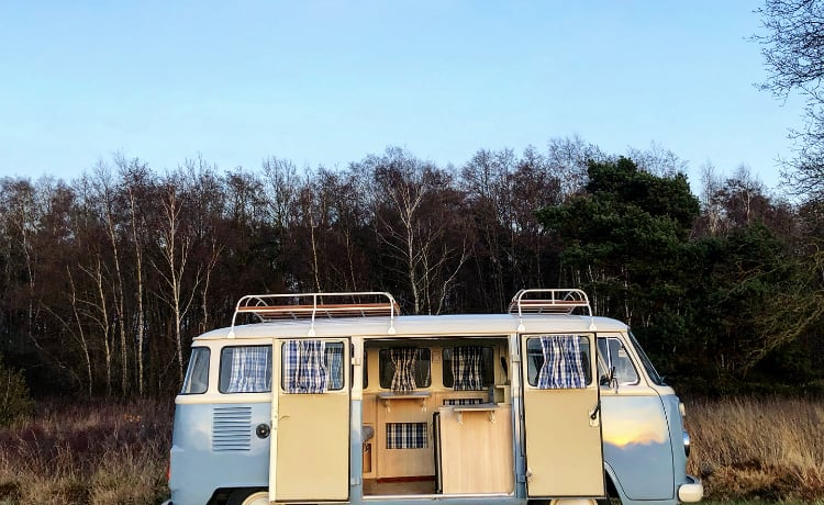 Blue hippie – Vintage VW T2 camper van