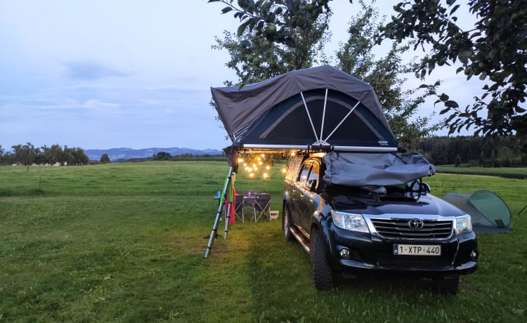 Toyota Hilux 4x4 camper with roof tents