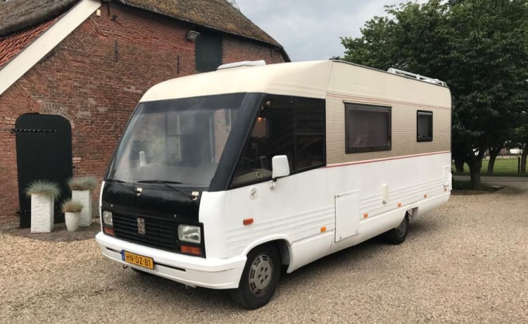 Nice, complete, classic family camper for rent for this summer!