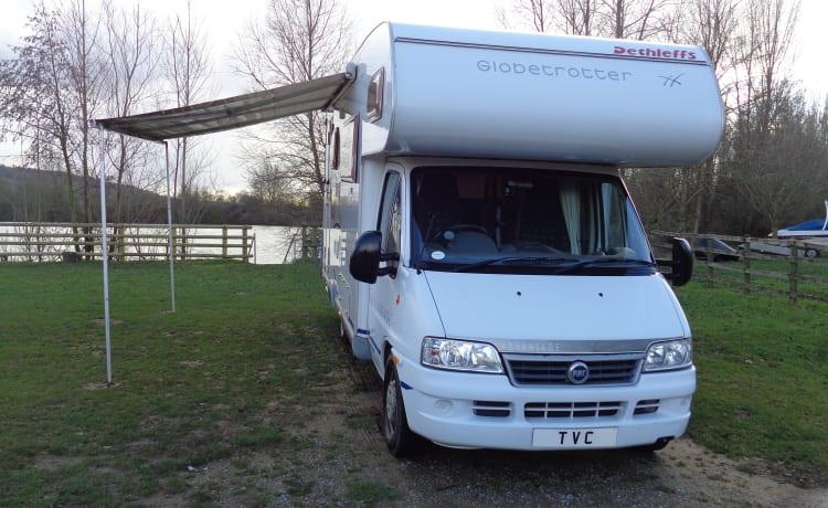 Hilda – Luxe camper voor 4 personen van Thames Valley Camperhire Ltd