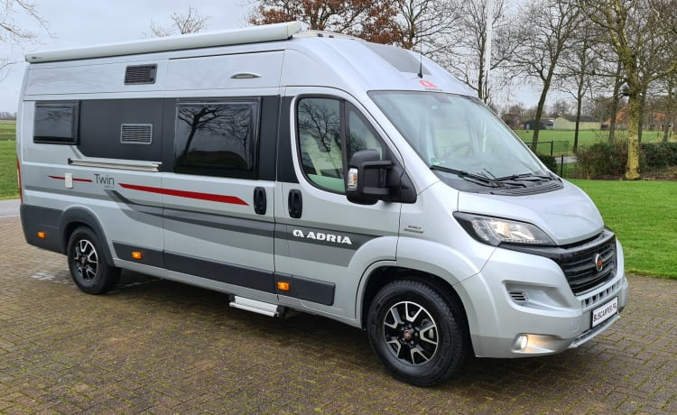 Bus camper robusto e autosufficiente con letti lunghi