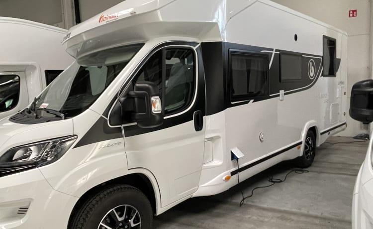 Location camping-car profilé neuf Benimar pour 5 pers.
