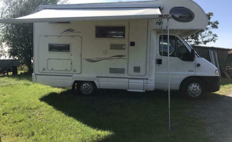 Self-sufficient Fiat with bunk beds, sanitary facilities, 2000 free km per week