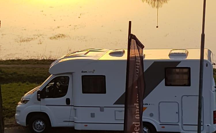 Reislustige, zo goed als nieuwe half integraal camper Sun Living van Adria,