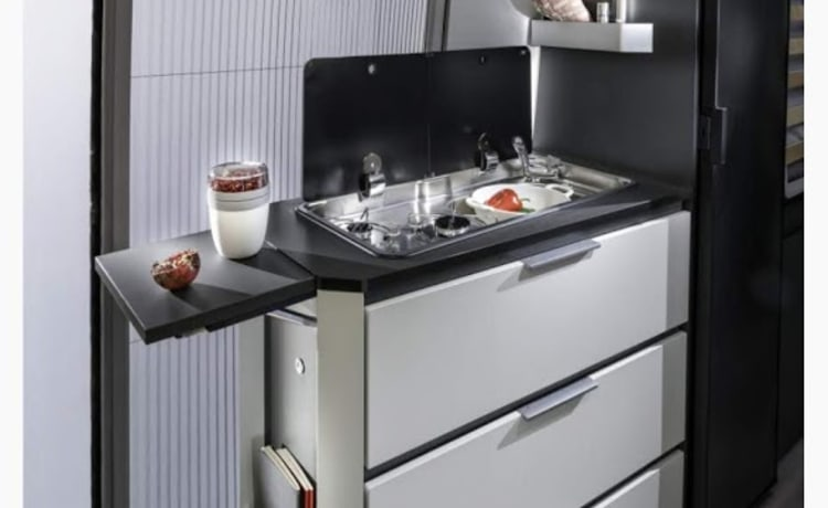 Luxe Adria Twin 640 150pk met lengtebedden (bouwjaar 2019)