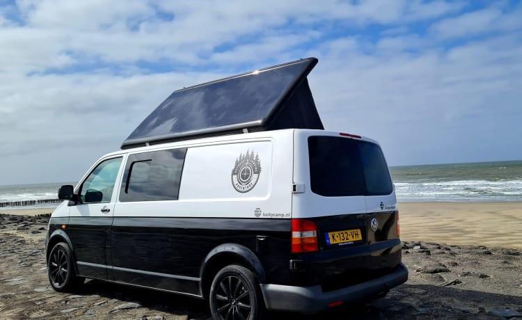 Luckycamp  – Stoere lange Volkswagen T5 camper met zijde hefdak