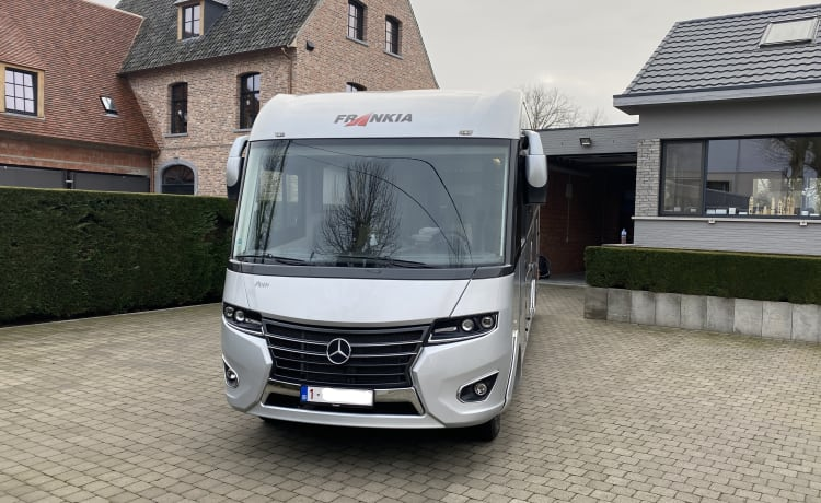 Frankia Platin LUXE 4 person mobile home 8.5m long = Driving license C
