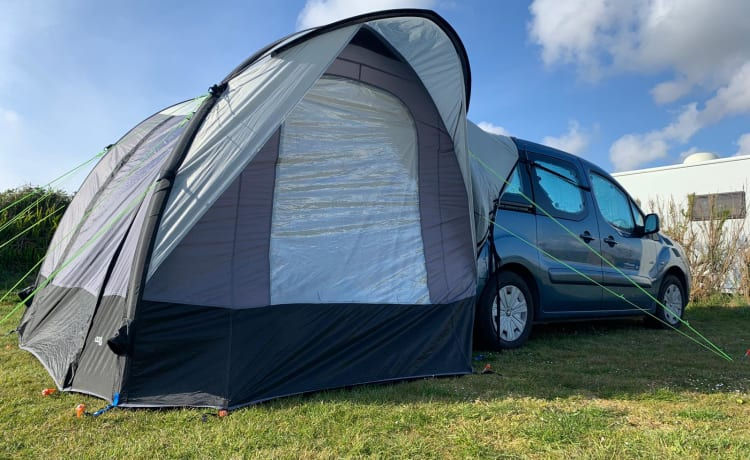 Vera – Fantastic microcamper together with impressive awning