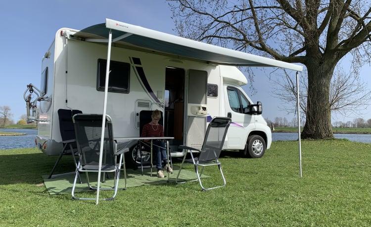 Camper accogliente con aria condizionata nella zona giorno