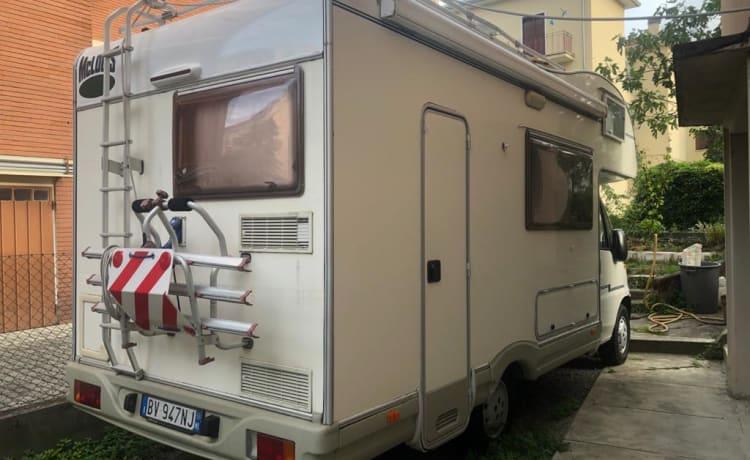 McLouis – NIEUWE zolder met tv en zonnepaneel + omvormer