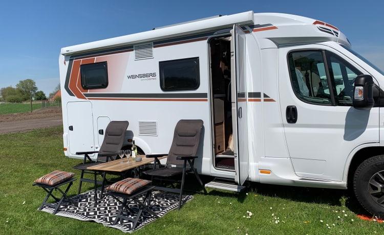 Gloednieuwe (2021) luxe half-integraal camper voor 2 personen.