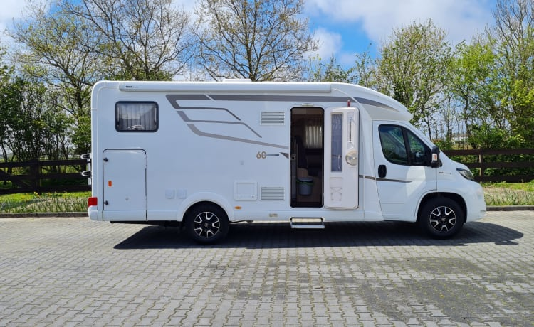 Hymer – Chic Hymer T578 with single beds, fully furnished