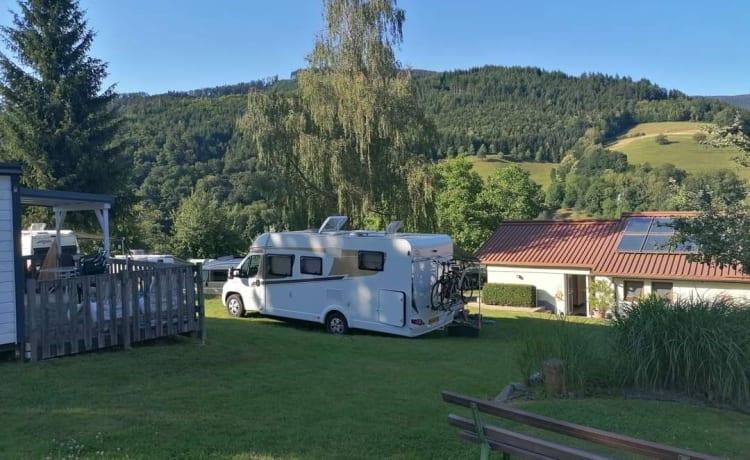 Carado T447 – Ruime Familiecamper Lengtebedden en hefbed - Aparte douche - XXL garage
