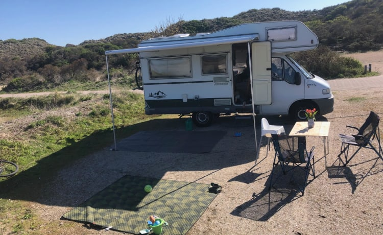 Compact and complete family camper