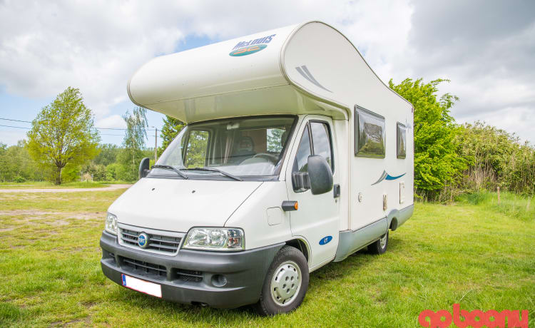 Family camper McLouis 411 Lagan for 4 to 6 people