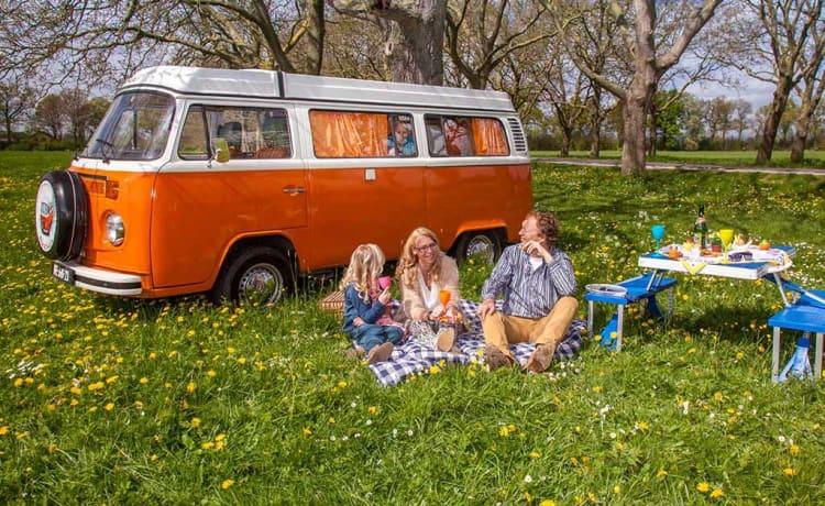 Dora – Ga op vakantie met onze oranje Volkswagen camper busje Dora