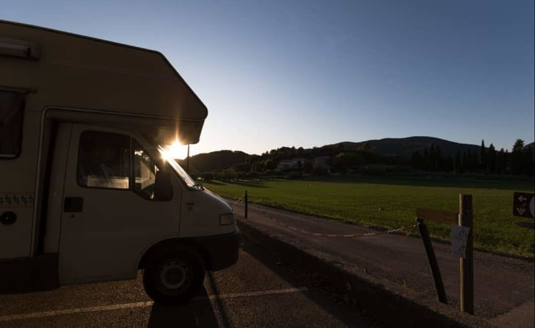 Old Bud – COMPACT CAMPER 5 SEATS LICENSE B Very easy to drive!