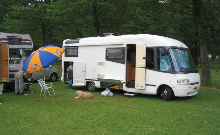 Zeer goed rijdende camper met veel bagage ruimte en een grote garage