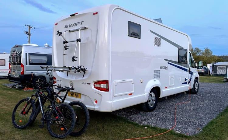 Luxe 6-persoons camper, perfect voor gezinsuitstapjes