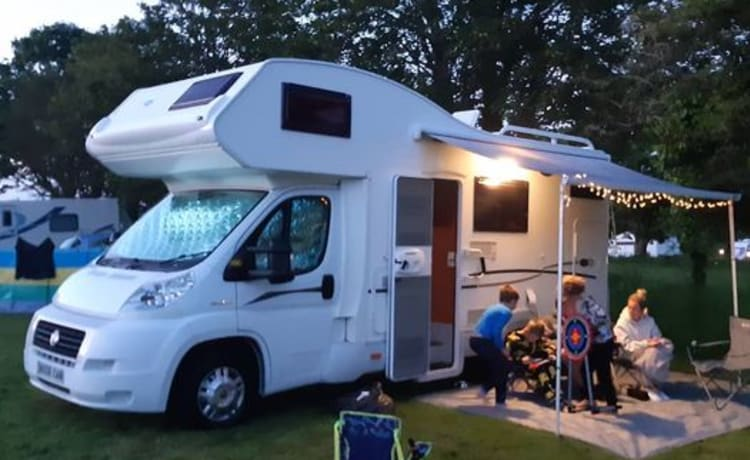 Pickle Bus – Fully equipped, 6 berth, 6 belts, family & dog friendly.