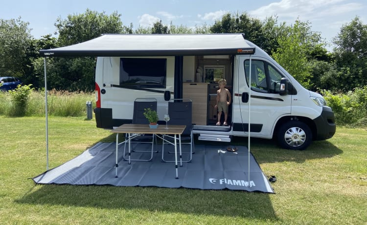 De camperbus  – New, luxurious, fully equipped camper with solar panel