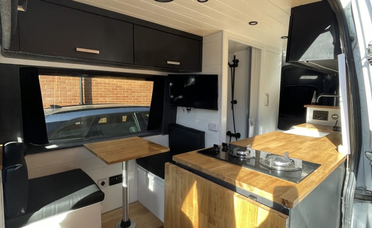 Lily – High spec, 3-persoons, LWB Camper in Kent (gratis wifi)