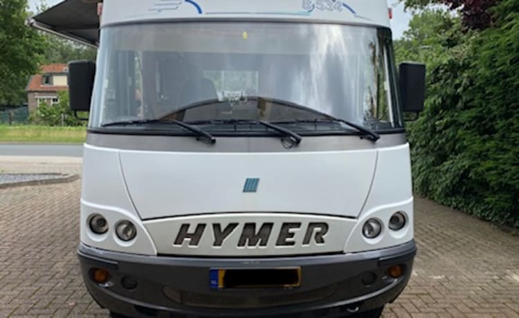 Compact Hymer, almost fully equipped, with cozy round seating