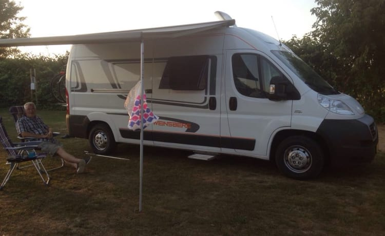 Willem – Light and comfortable 2 person Knaus motorhome with level system.