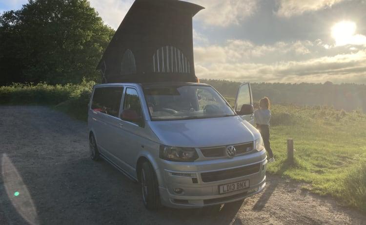 Van de maison  – VW T5 6 seats 4 berth plus 2 in awning