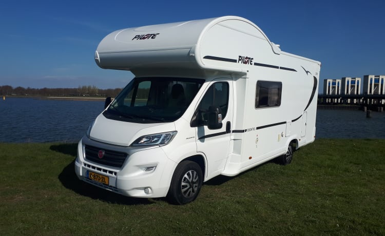 Camper 2 – Spacious and luxurious Pilote 6-person family camper with Playstation and LED TV!