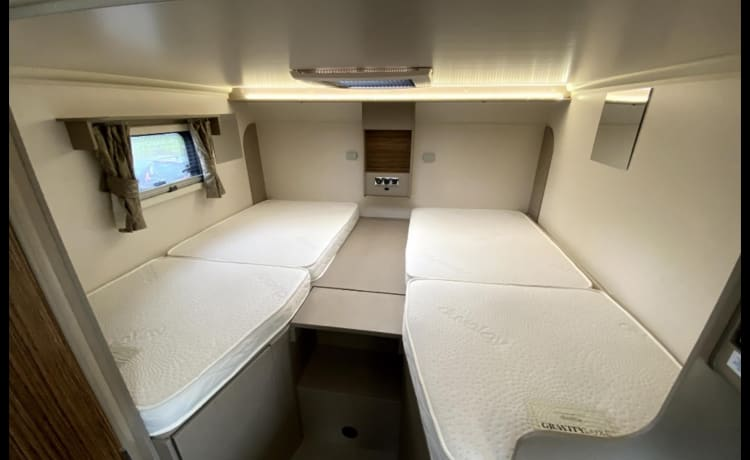 MM Motorhome – Luxury 6 berth as well as 6 seatbelts and fixed bed