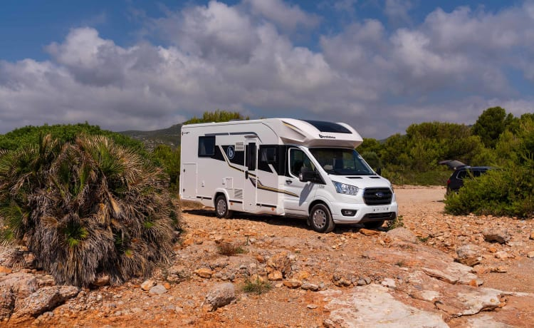Brand new summer/winter luxury camper with automatic transmission and central bed
