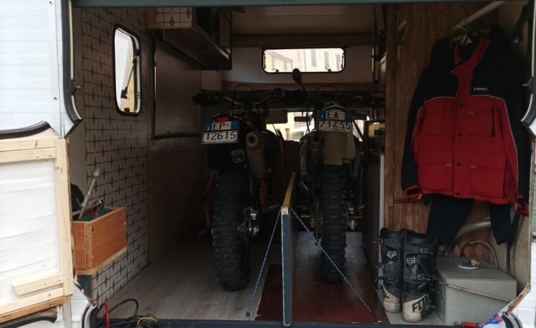 Anthoz01 – Dirty Garage modified vintage camper