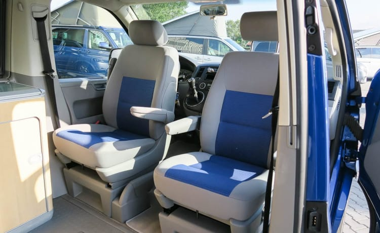 Tough Blue VW T5 2.5 TDI California Camperbus with lifting roof