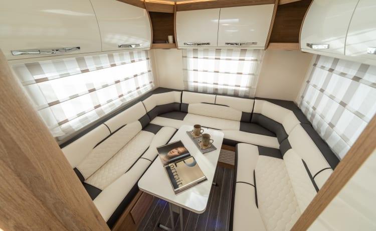 MEET MAGGIE - OUR 2022 ROLLER TEAM 747 6 BERTH, 6 BELTS FAMILY-FRIENDLY VAN