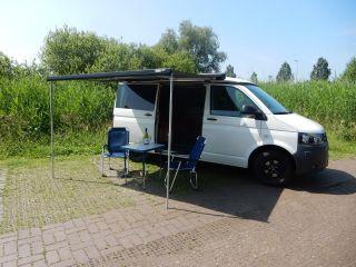 Compacte tweepersoons VW T5 camperbus met extra breed bed...