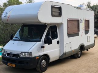 Spacious 6 person camper with bunk bed and strong engine!